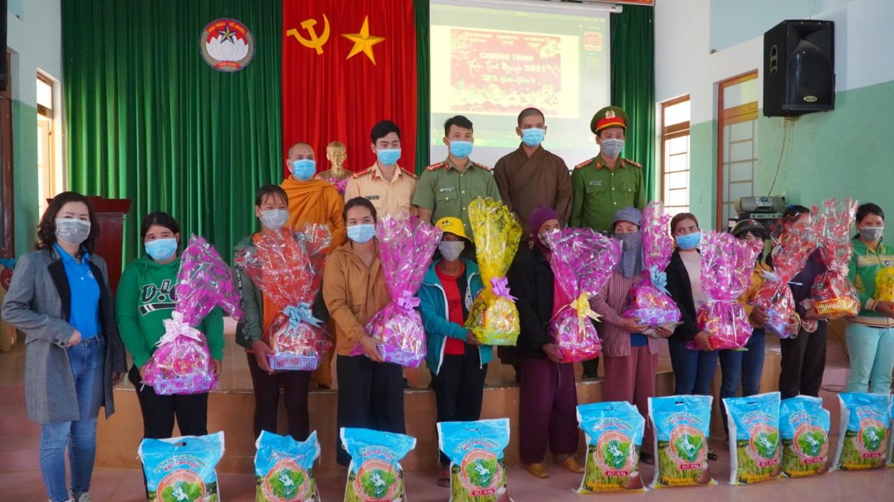 Đăk Nông: CLB Thanh niên Ngọc Đạt trao 100 phần quà tết tại xã Đăk Nia